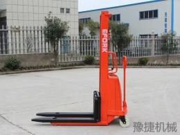 半电动堆高车EFA10A