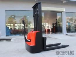 步行式电动堆高车EFD15C
